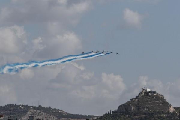 Μαχητικά Rafale σχημάτισαν την ελληνική σημαία πάνω από την Ακρόπολη