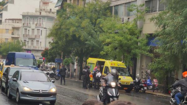 Σκηνές «Φαρ Ουεστ» στην Αθήνα: Αυτοκίνητο έπεσε πάνω σε μηχανές της ΔΙ.ΑΣ