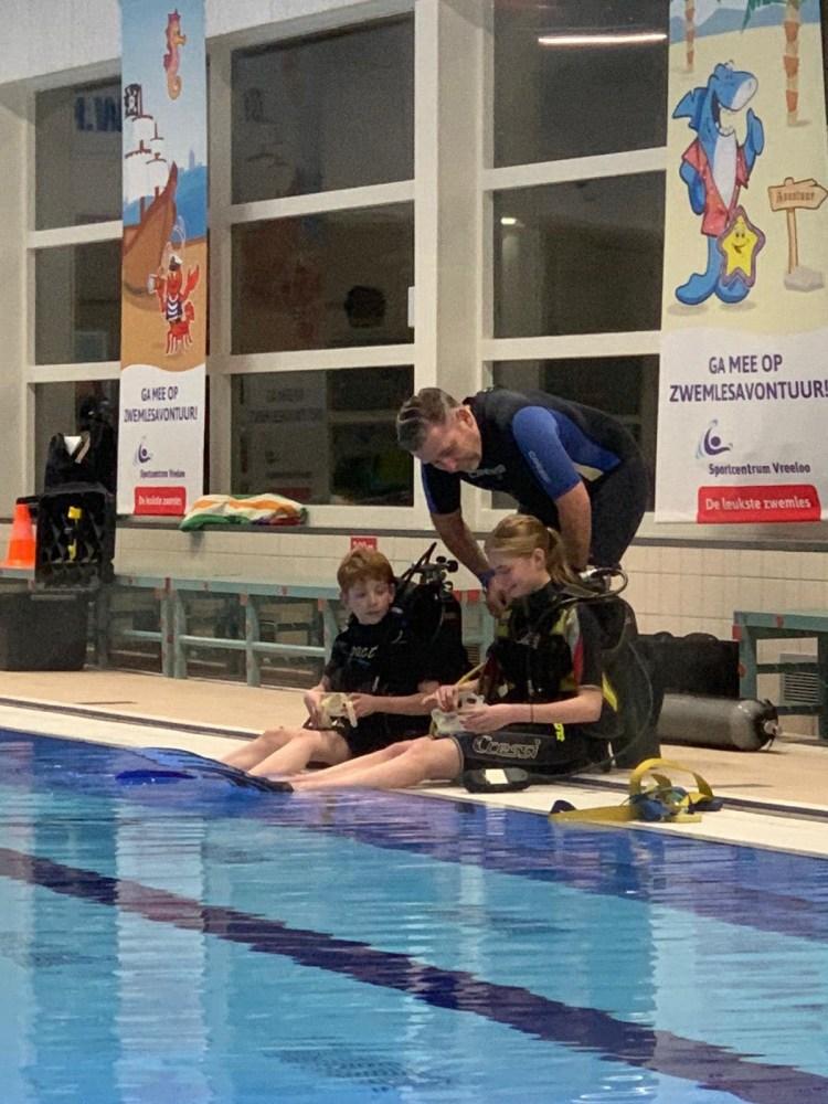 Luna en Jack Try Scuba pool