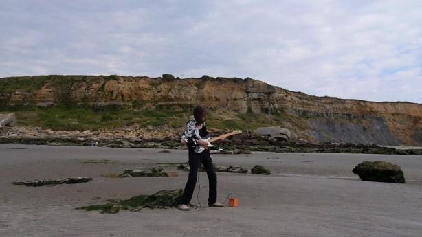Guy Girard - Don Pauvros de la Manche-jfp joue devant falaise