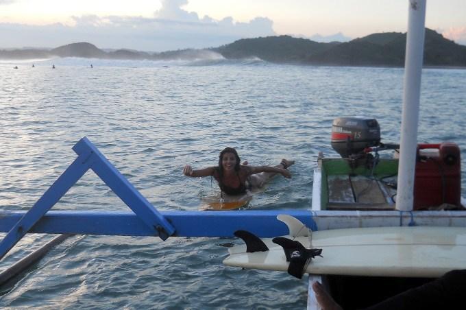 girl-paddeling-to-boat-DonDon