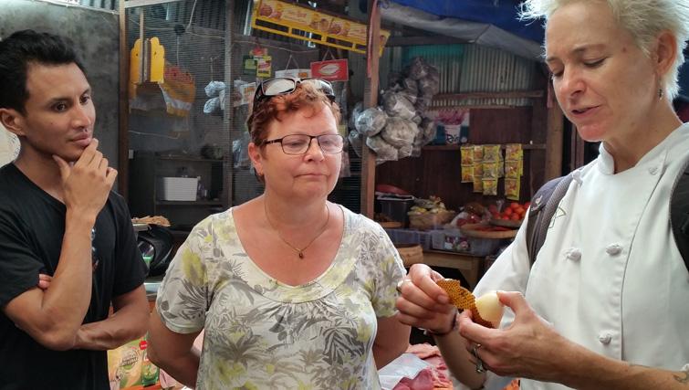 Bali Asli cookingclass with Penny Williams at Amlapura market.