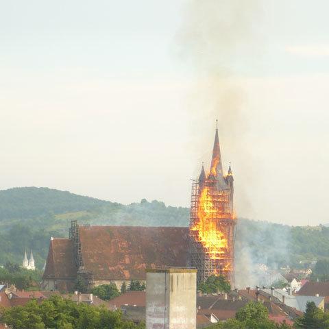 https://i2.wp.com/www.inbistrita.ro/images/istoric/incendiu_biserica2.jpg