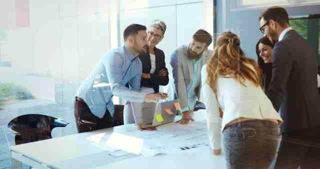 """Il vecchio modello per motivare i dipendenti sta morendo. È ora di sostituirlo. È quello che sostiene il consulente per lo sviluppo della leadership di Google, Fred Kofman:""""I dipendenti hanno sempre più bisogno di un senso dello scopo"""". Io mi trovo assolutamente d'accordo con questa vision, per noi di inCareer è fondamentale che il team sia in sintonia (andare al lavoro e incontrare i colleghi deve essere un piacere), che ogni dipendente o stagista trovi gli stimoli per migliorare e crescere e sopratutto, che tutti possano sentirsi apprezzati nei raggiungimenti personali e di gruppo. Continua Fred Kofman:""""I lavoratori in azienda cercano sempre di più qualcosa. Vogliono un senso dello scopo, una sensazione di autentico cameratismo e la convinzione di avere un impatto all'interno dell'azienda e al di fuori di esso. È qui che una buona leadership può fare la differenza"""". Fred Kofman è consulente nello sviluppo della leadership in Google e ex vicepresidente dello sviluppo di LinkedIn. Il suo ultimo libro, The Meaning Revolution: The Power of Transcendent Leadership, suggerisce che i leader dovrebbero fissare obiettivi più grandi di quelli che si limitano a fare numeri trimestrali."""