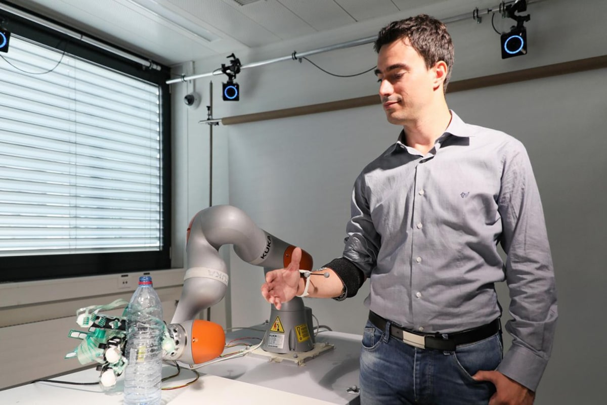 Artificial hand combines robotic control with users' voluntary control