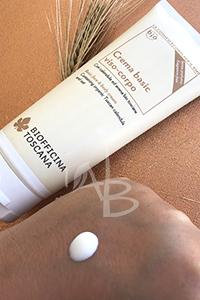 Applicazione crema viso-corpo Biofficina Toscana