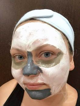 Elisa con applicate diverse maschere viso