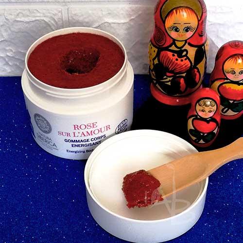 Texture scrub corpo alla rosa di Natura Siberica.