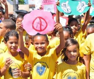 Crianças caminhada combate a dengue
