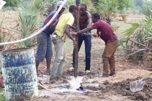 Uomini forano il terreno per i pozzi