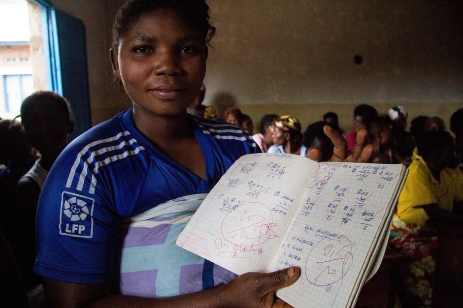 Donna al corso di alfabetizzazione