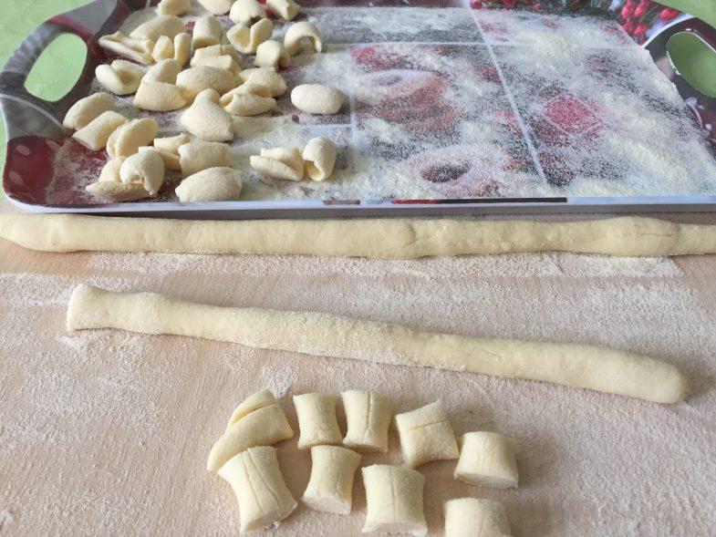 Lavorazione della pasta: bastoncini, tocchetti e cavatielli