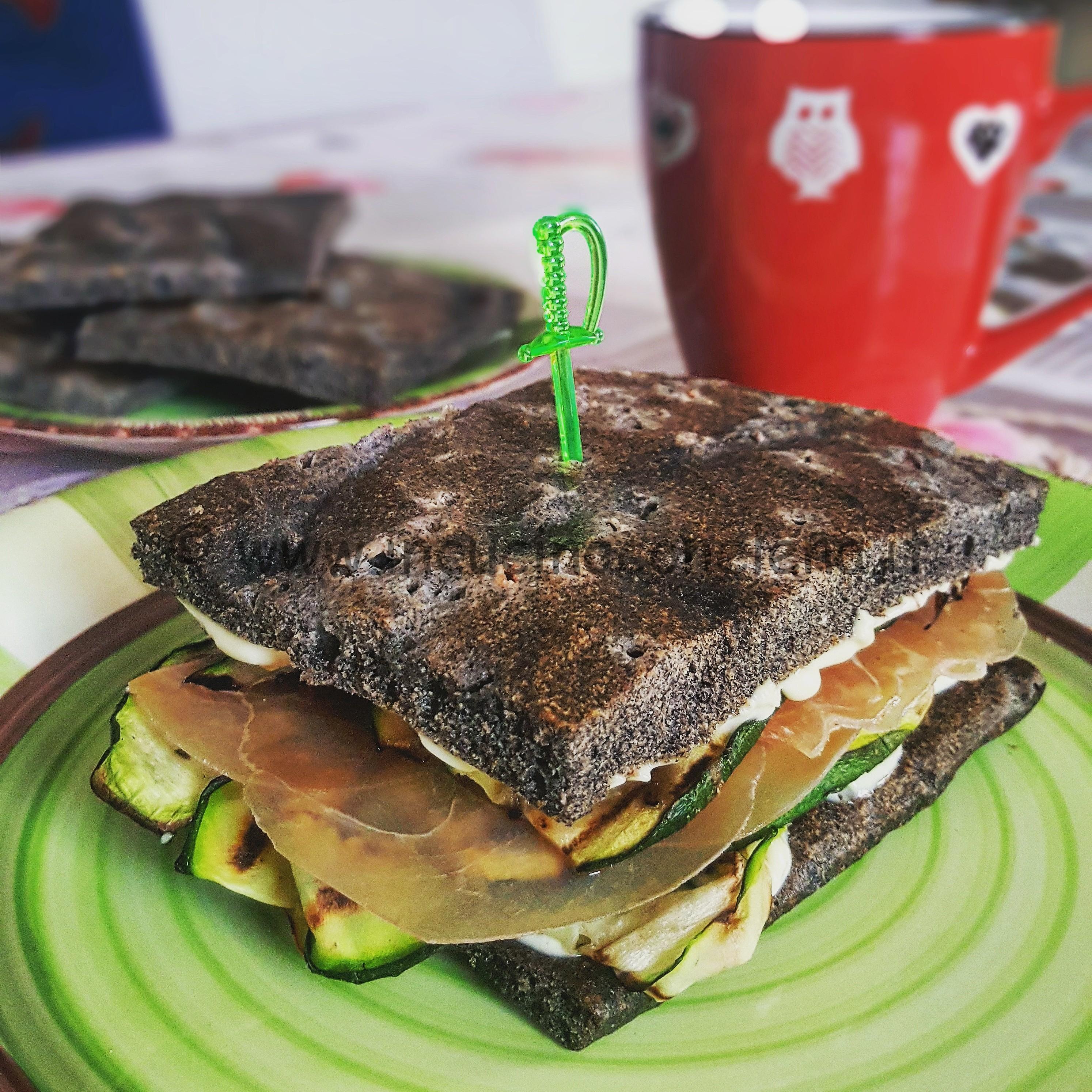 Focaccia di quinoa nera con zucchine maionese e bresaola di tacchino