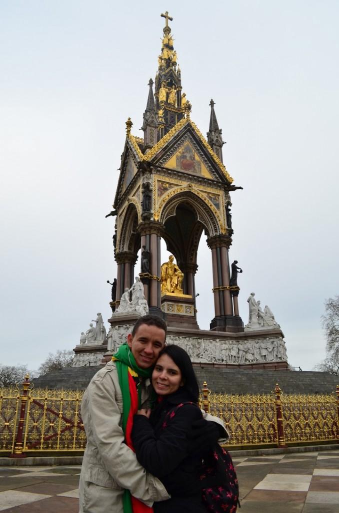Com o marido no Albert's Memorial - Hyde Park