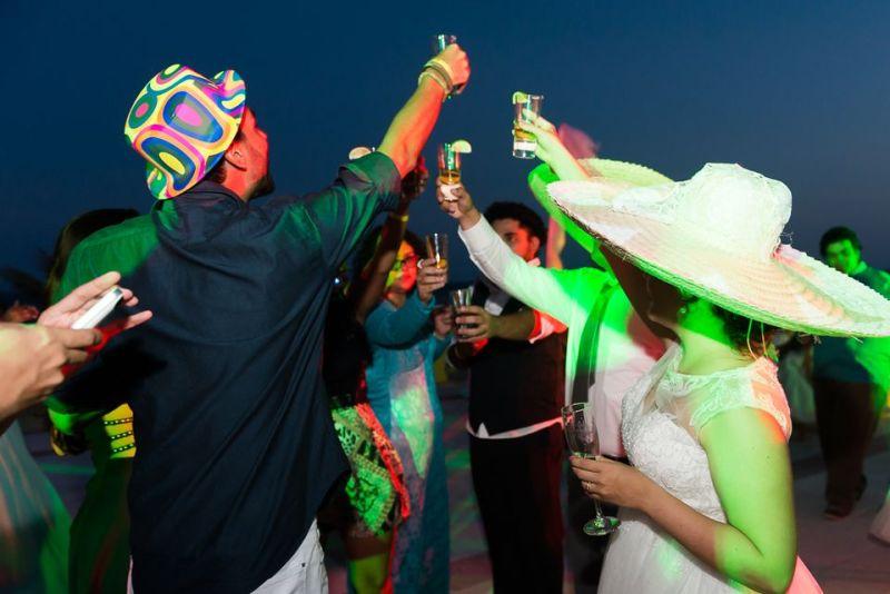 Um brinde de tequila em um  destination wedding cancun