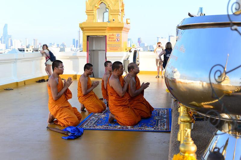 monges budistas na tailandia