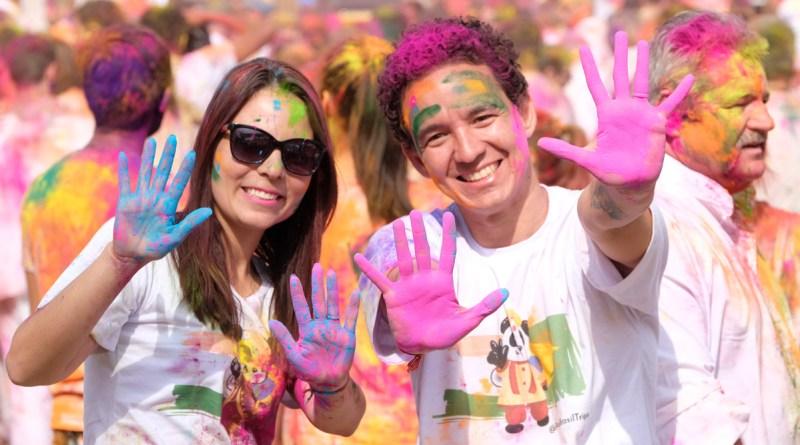 Casal pintado de tintas no Holi Festival