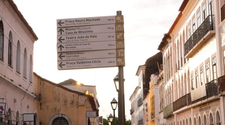 Placa indicativa no centro histórico em São Luís do Maranhão