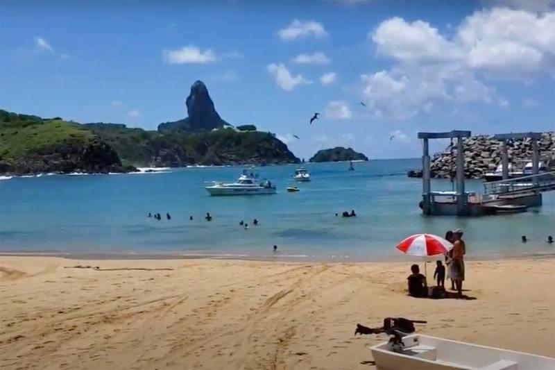 praia do porto em fernando de noronha