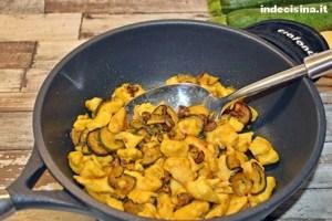 Straccetti di pollo con zucchine e zafferano