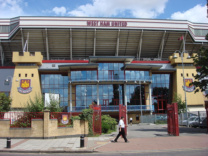 Supporter loopt langs Upton Park