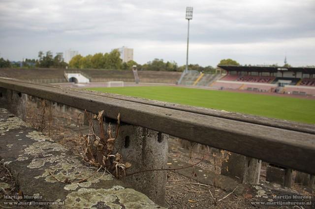 De oude en vervallen zitbankjes van het indrukwekkende stadion