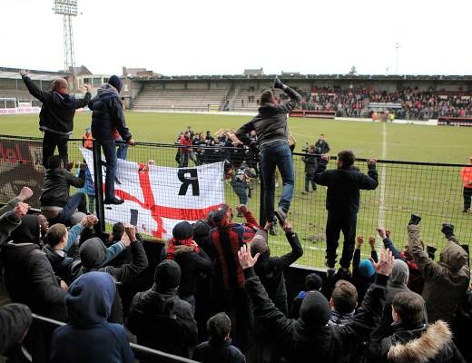 Fans van RFC Liège in de hekken na de promotie naar de Derde Klasse