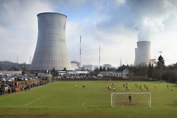 Voetballen bij de lekkende reactor van de kerncentrale Huy