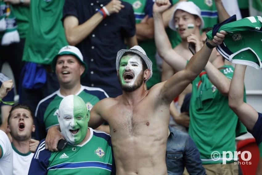 Supporters Noord Ierland bij de wedstrijd op het EK tegen Wales