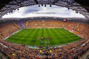Een bijna uitverkocht en bijna geel stadion van Dynamo Dresden