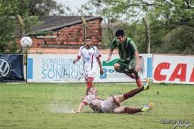 Een flinke tackle tijdens Riograndense - Santo Ângelo