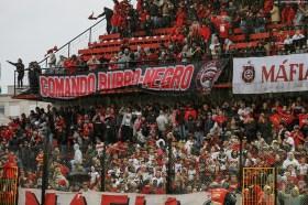 Fans steunen hun club in de stromende regen, Brasil - Fortaleza (Série C Camp. Brasileiro)