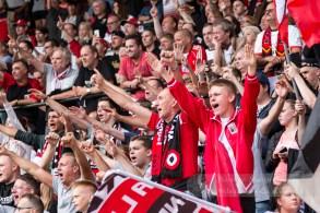 De fanatieke fans schreeuwen hun helden naar voren