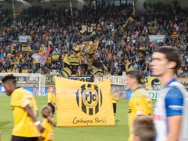 De opkomst van de spelers, terwijl de West Side met de vlaggen vlagt