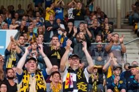 De fans aan de andere kant steunen Roda tijdens een moeilijke beginfase
