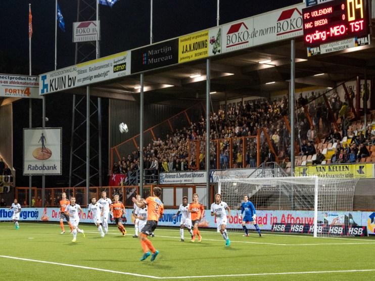 Aanval van FC Volendam, het volle uitvak kijkt toe