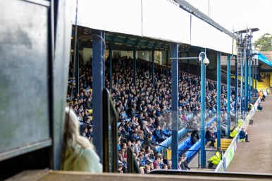 De West Stand was vroeger een staantribune, die omgebouwd is naar zittribune. Jammer!