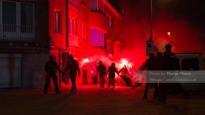 Een harde kern van RWDM fans komt onder luid gezang en met veel vuurwerk aan bij het stadion