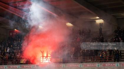 Fans van Royale Union Saint-Gilloise ontsteken vuurwerk bij de opkomst van de spelers