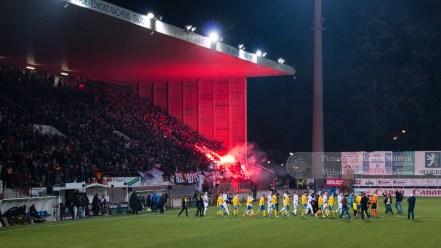 Fans van RWDM ontsteken ook vuurwerk bij de opkomst van de spelers
