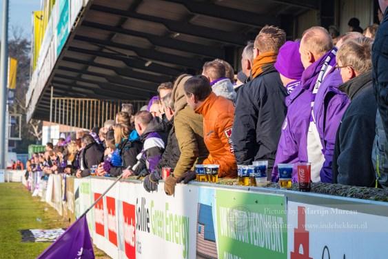 De massaal opgekomen fans van Beerschot-Wilrijk kijken hoe hun team speelt
