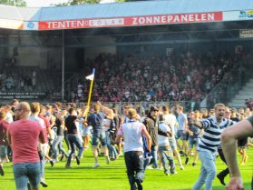 en krijgen we een pitch invasion.