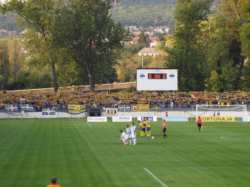 In 2017 hadden de fans van DAC Dunajska Streda de hele korte zijde achter het doel.