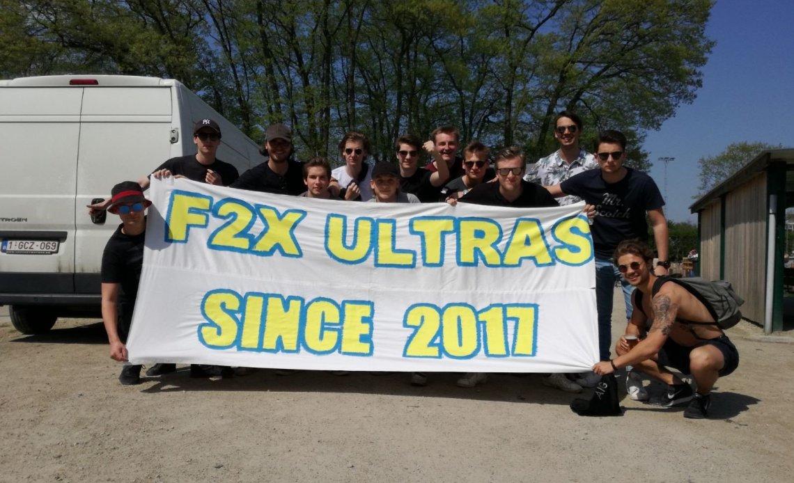Groepsfoto van de F2X ultras van KFC Brasschaat