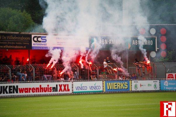 Feyenoord supporters in de hekken met Pyro