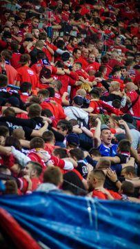 Supporters van Wisla Krakau met hun rug naar het doel