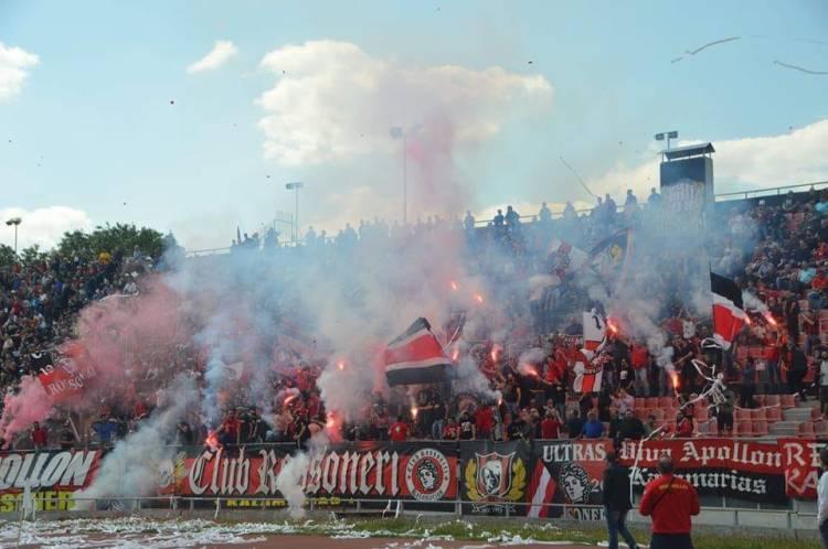 Supporters van Apollon Kalamarias in betere tijden (via Club Rossoneri Kalamarias Facebook).