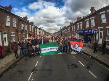 Supportersreis FSV/DeFeijenoorder. Bus vol Feyenoorders naar Kenilworth Road. Luton Town FC- Rochdale.