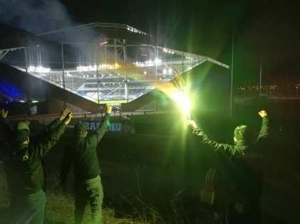 In de tweede divisie: supporters van Szeged buiten het stadion. (via ultras-tifo.net / hungaryultras.blogspot.com)