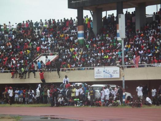 Gambiaans stadion gevuld met supporters